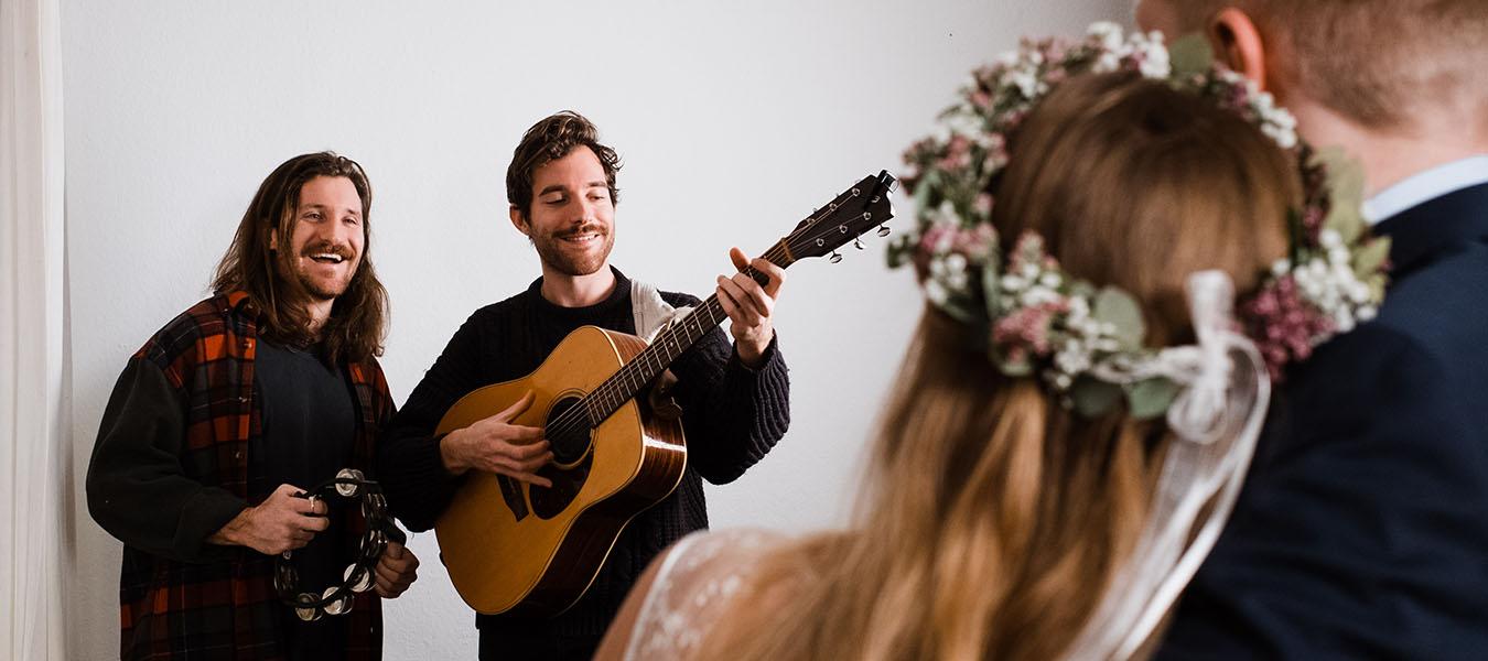Die 75 Schonsten Hochzeitslieder 2020 Fur Kirche Standesamt Und