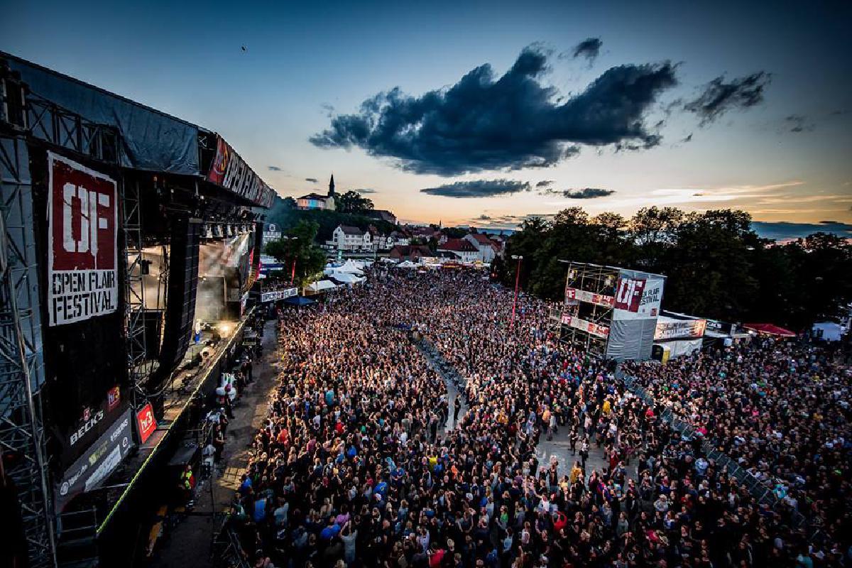 Menschenmasse vor Bühne des Open Flair Festival