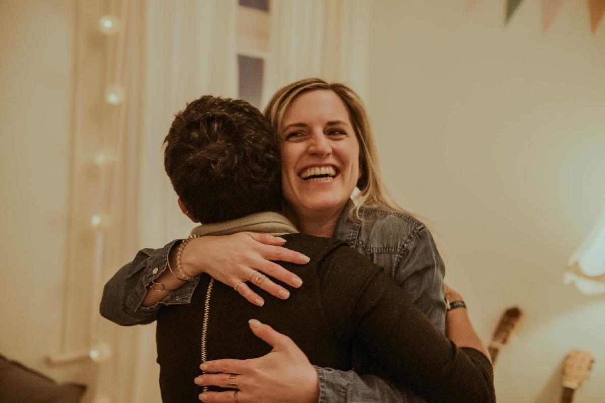 Zwei Frauen umarmen sich herzlich