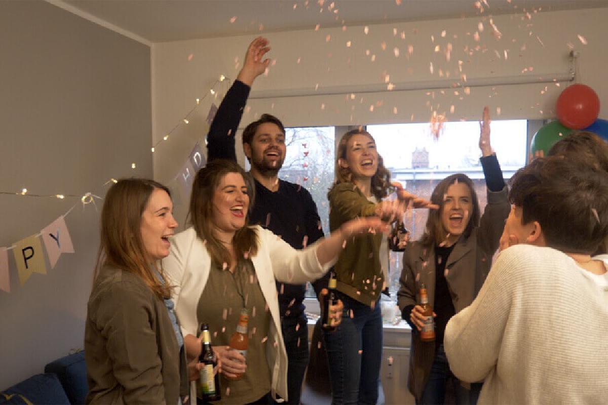 Leute feiern mit Konfetti