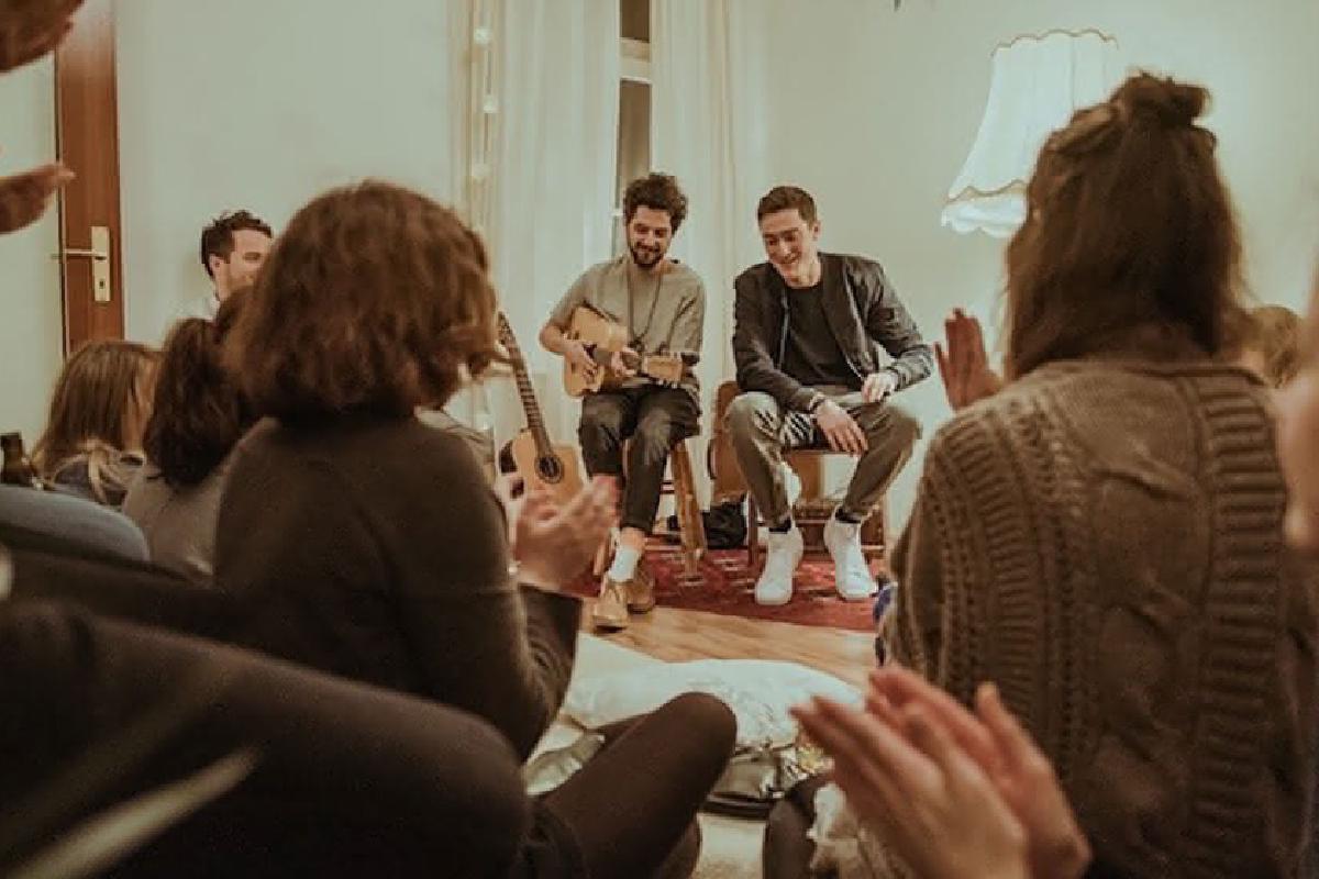 Band spielt Wohnzimmerkonzert