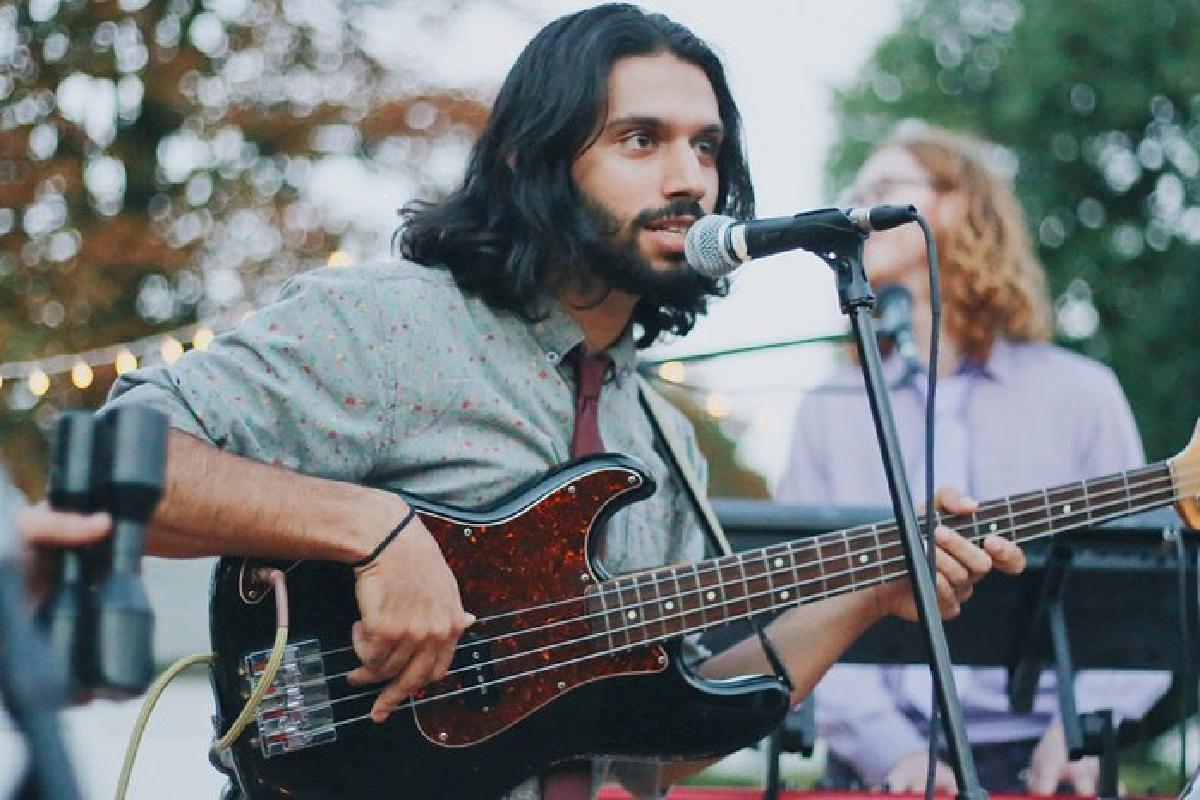 Musiker mit Gitarre im Garten