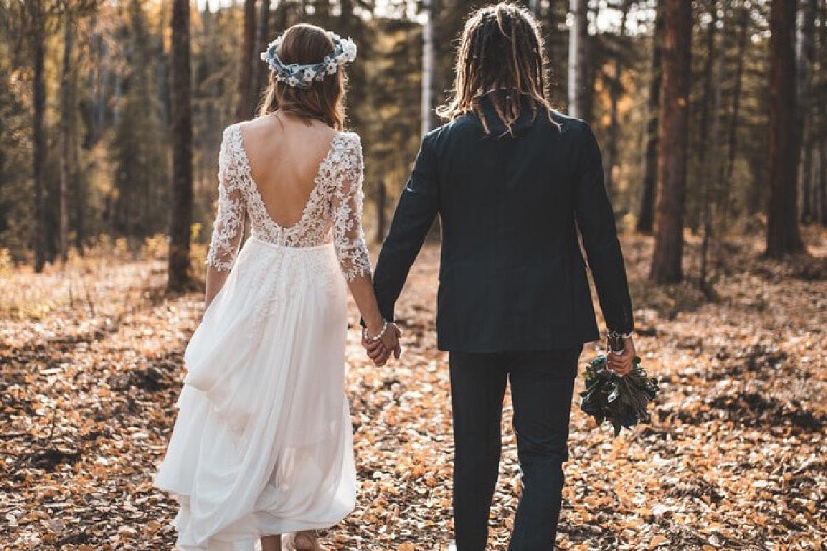 Ehepaar läuft im Wald