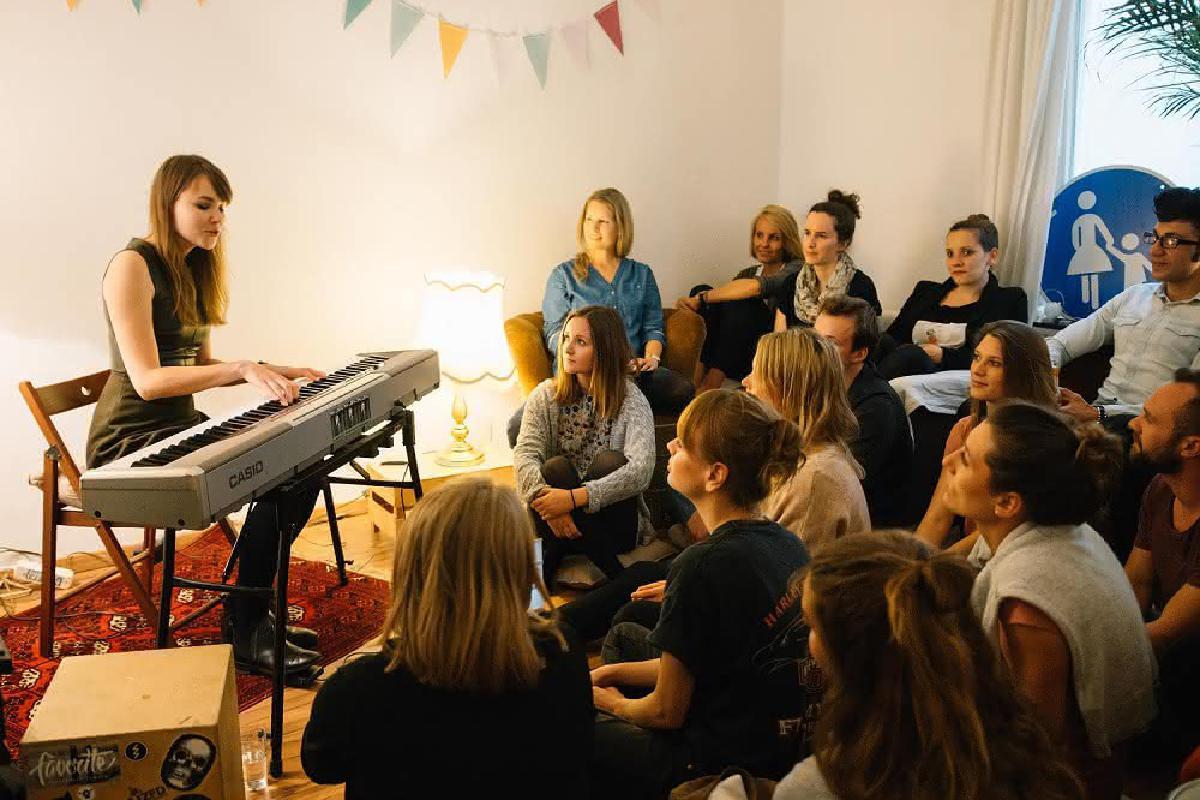 Emma Longard spielt Wohnzimmerkonzert