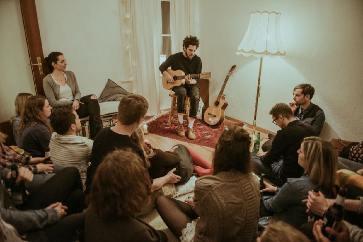 Musiker spielt Wohnzimmerkonzert