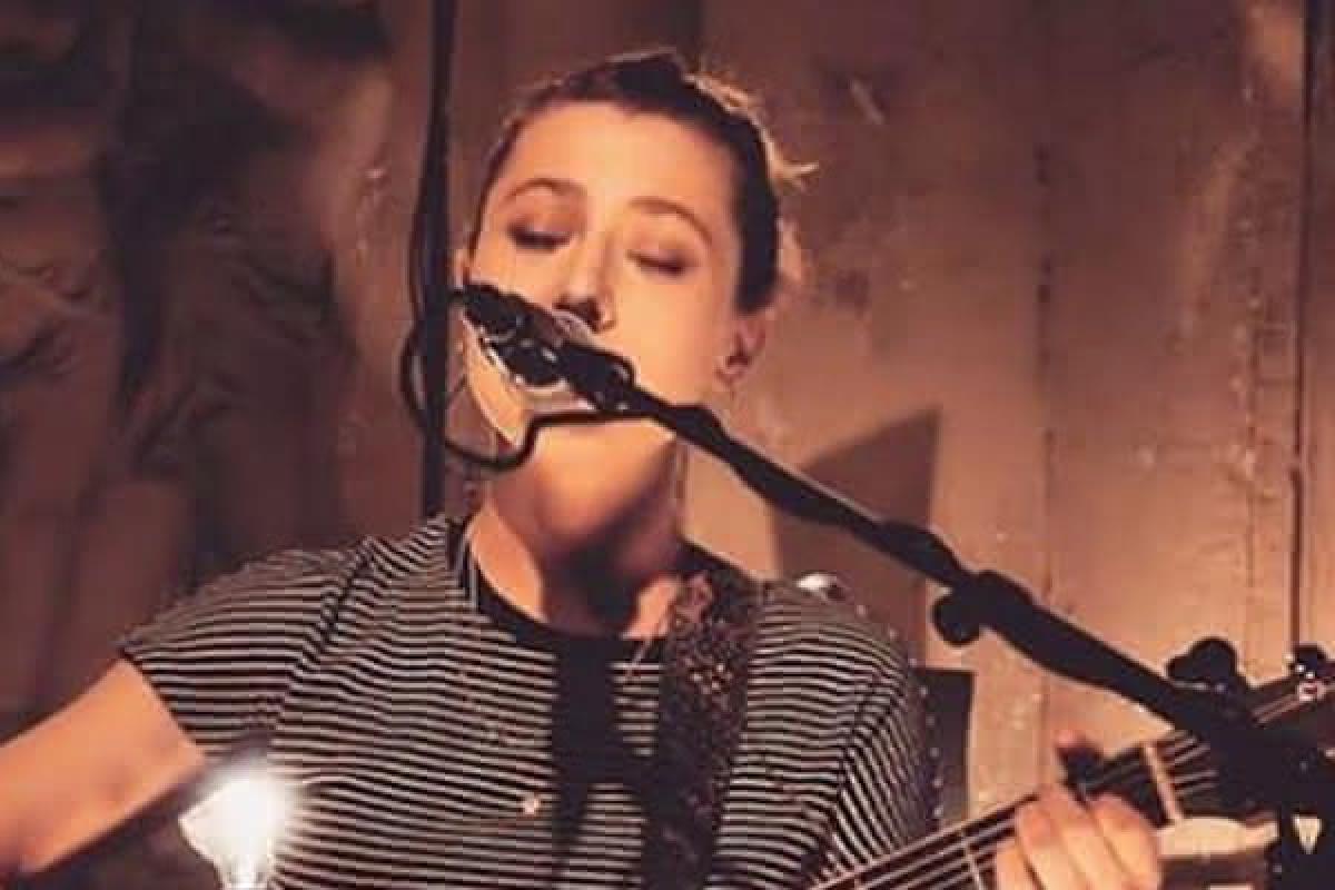 Musikerin singt in Mikrofon