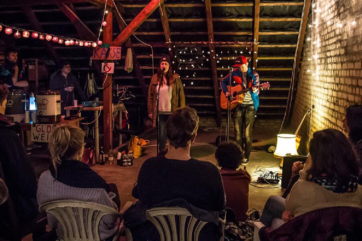 Live-Konzert auf Dachboden