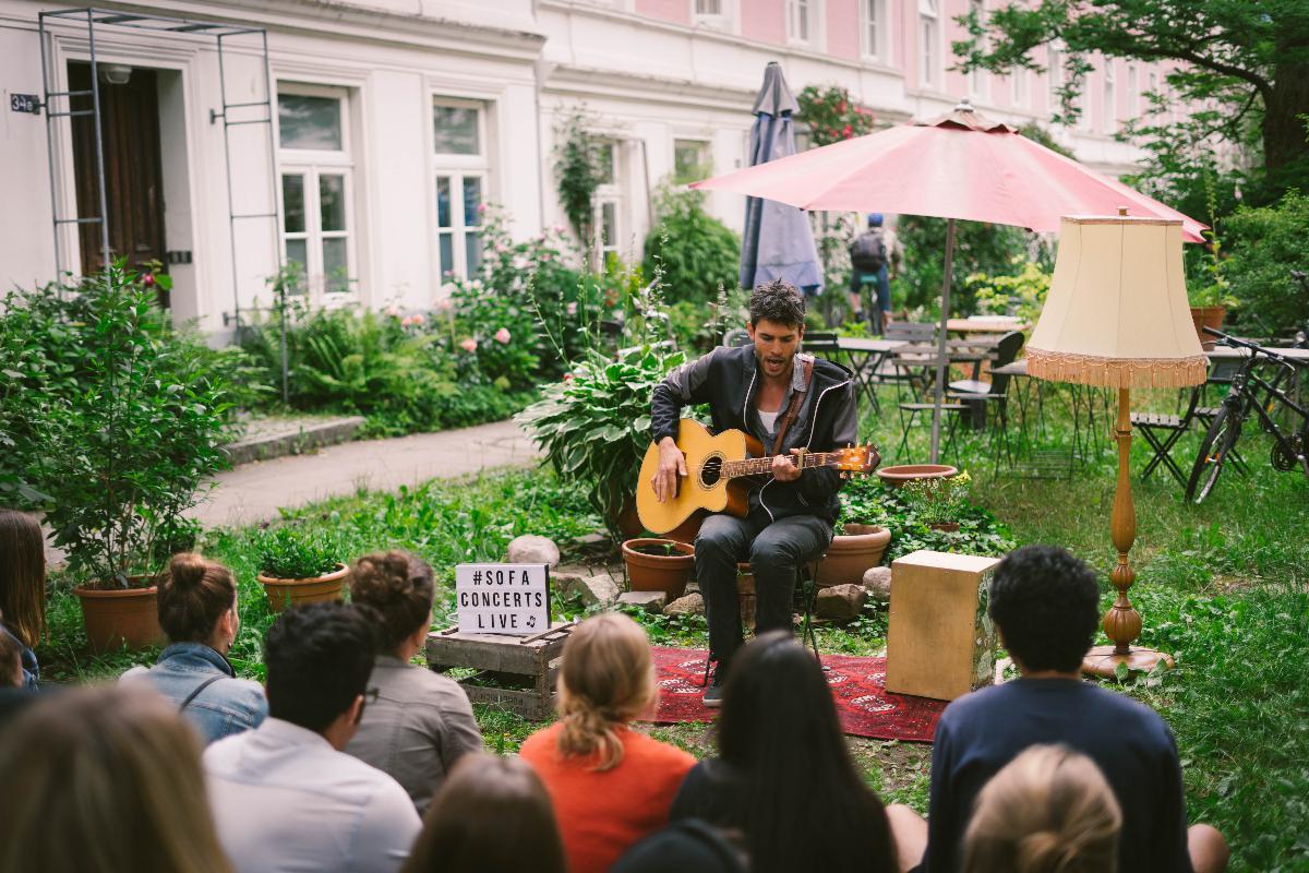 Musiker Lerch spielt Konzert im Vorgarten