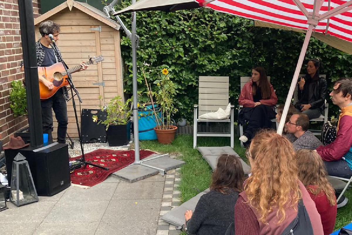Lemony Rug spielt Konzert im Garten