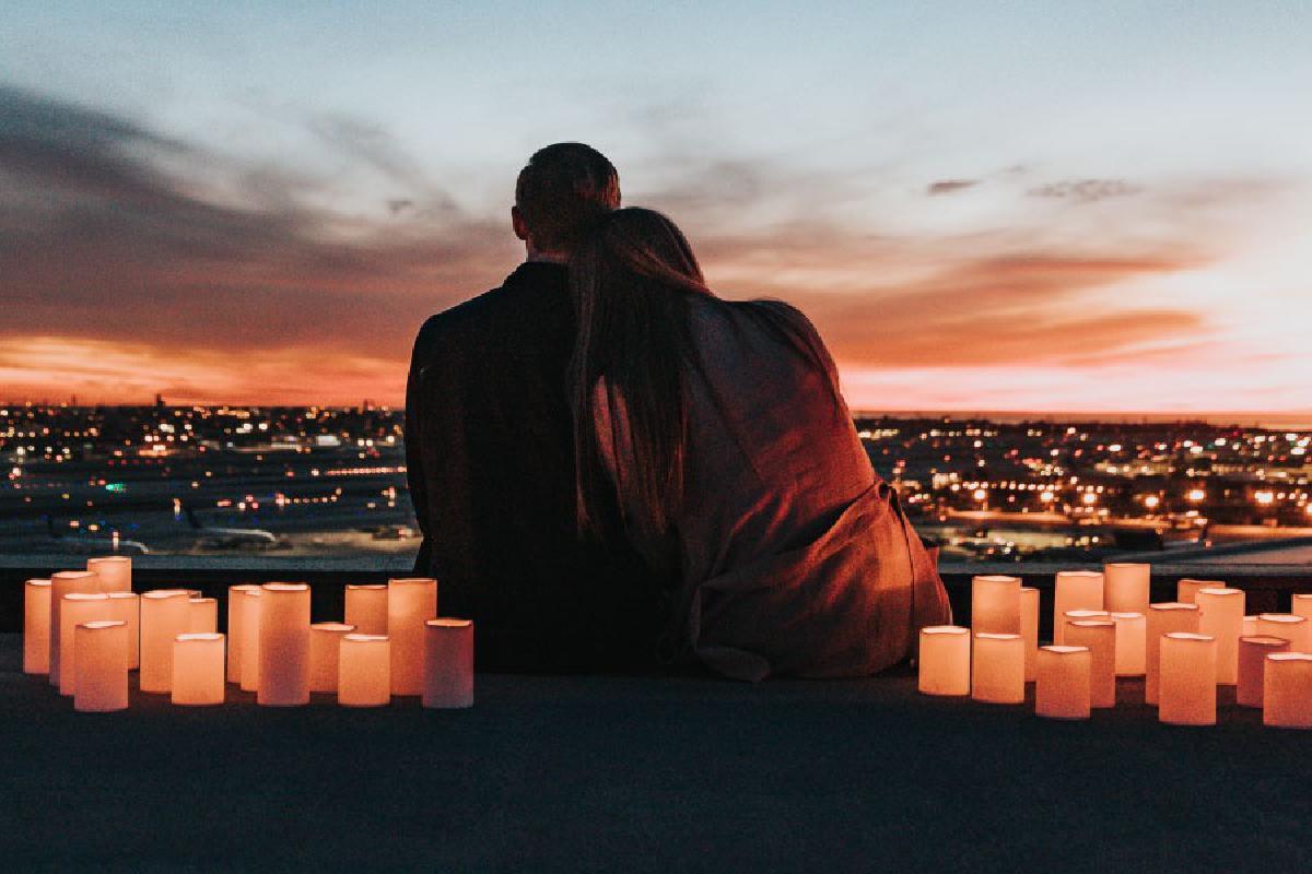 Paar schaut in den Sonnenuntergang