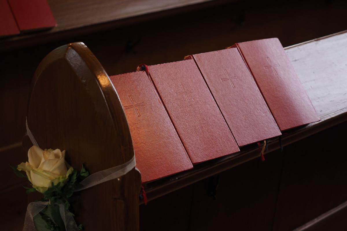 Gesangbücher in der Kirche