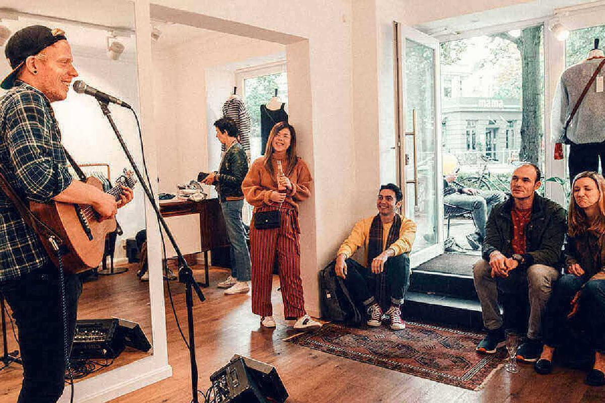 Van Deyk spielt Konzert in einem Laden