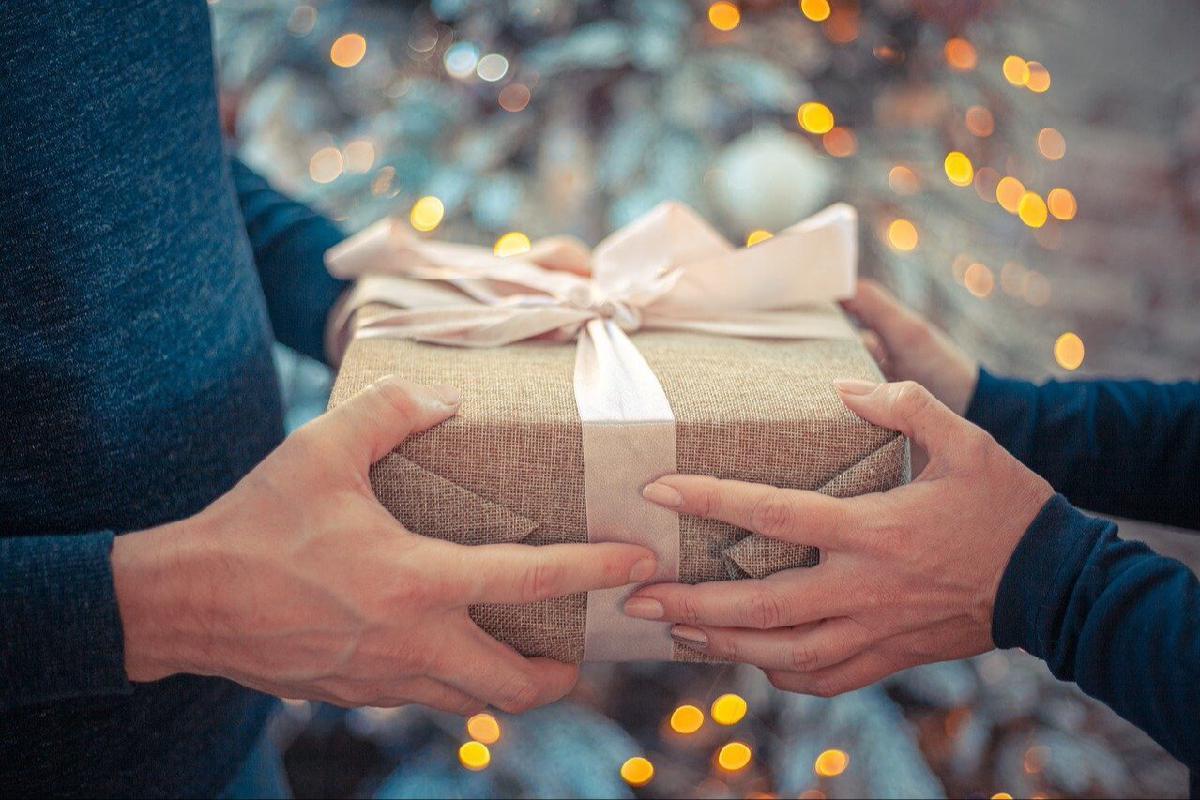 Geschenk wird übergeben