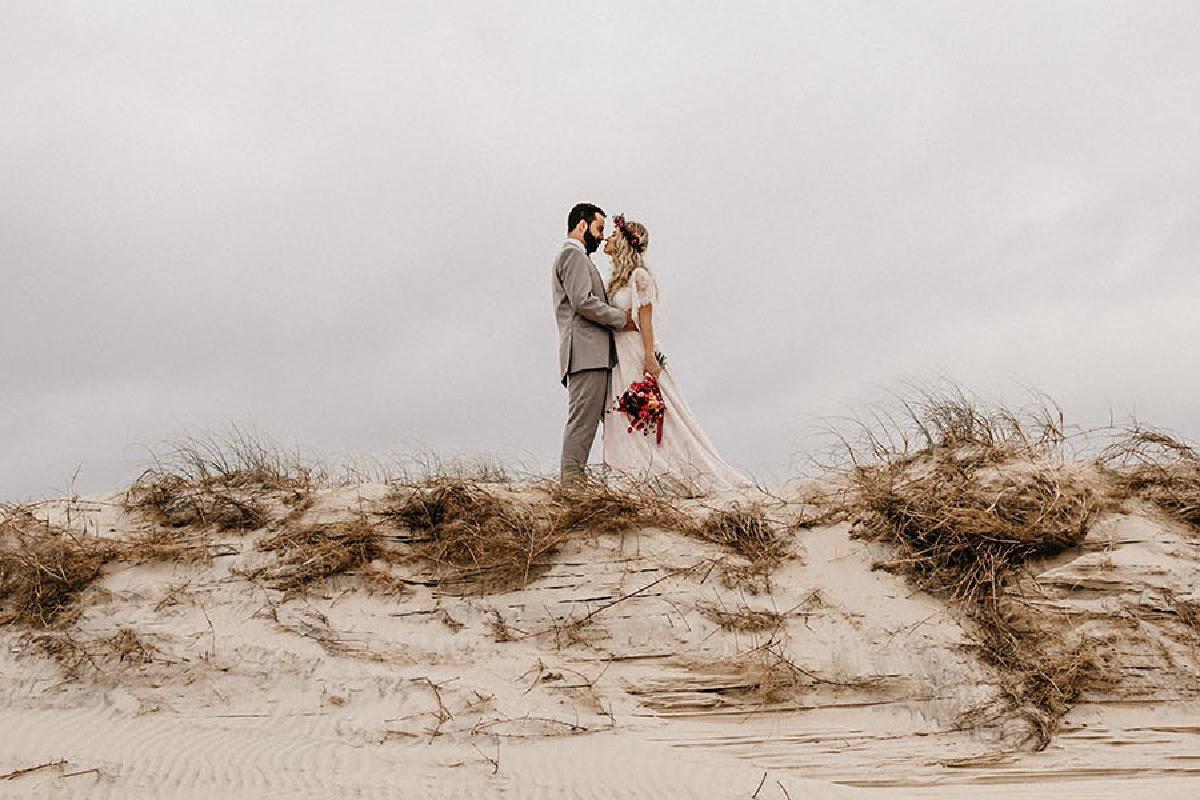 Ehepaar küsst sich auf Dühnen