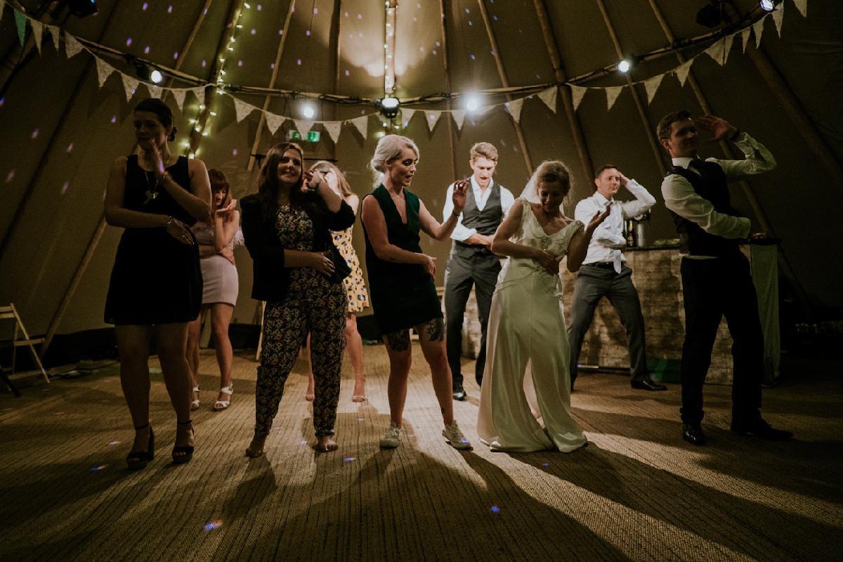 Ehepaar und Gäste tanzen ausgelassen