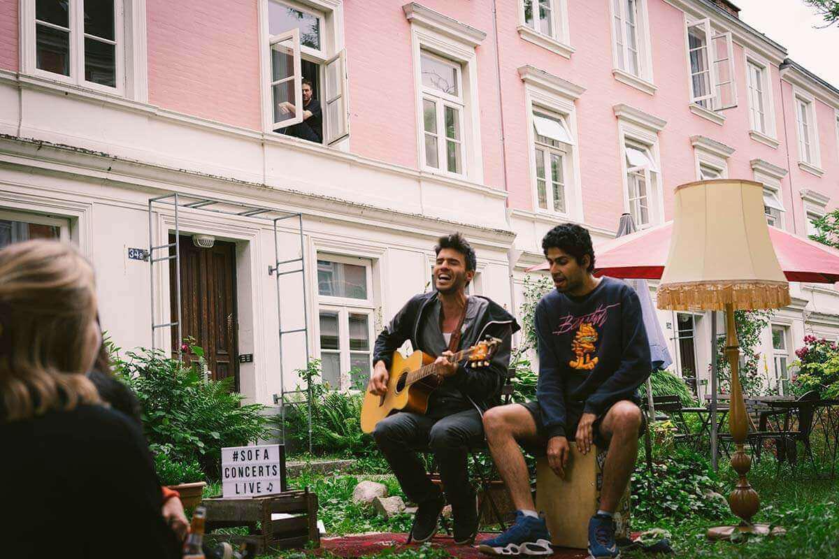 Lerch spielt Konzert in Innenhof