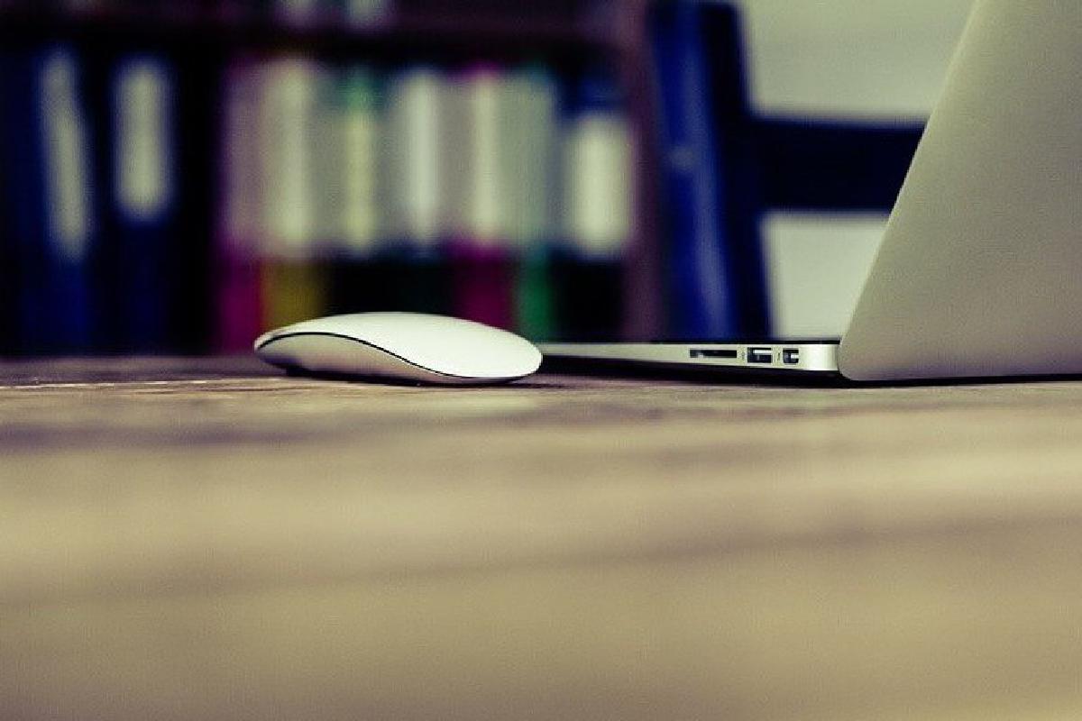 Nahaufnahme Laptop auf Schreibtisch