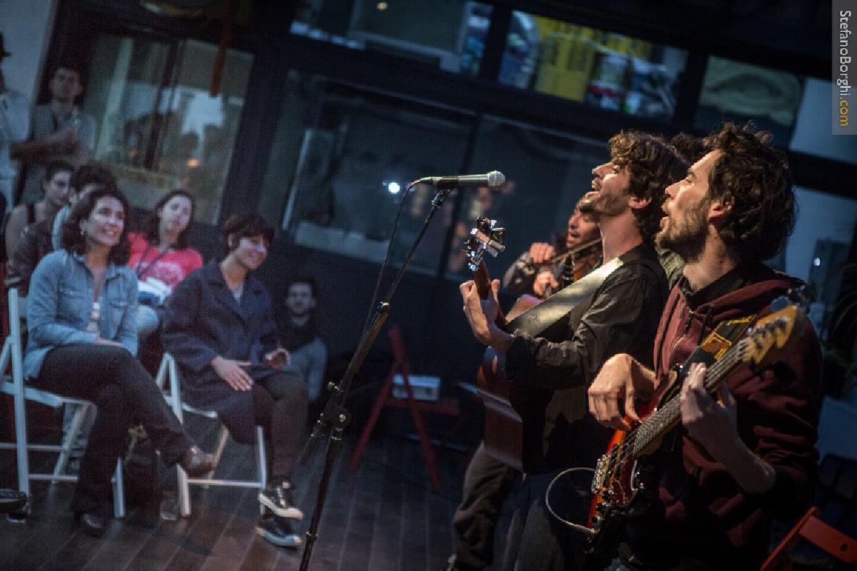 Band spielt vor Publikum