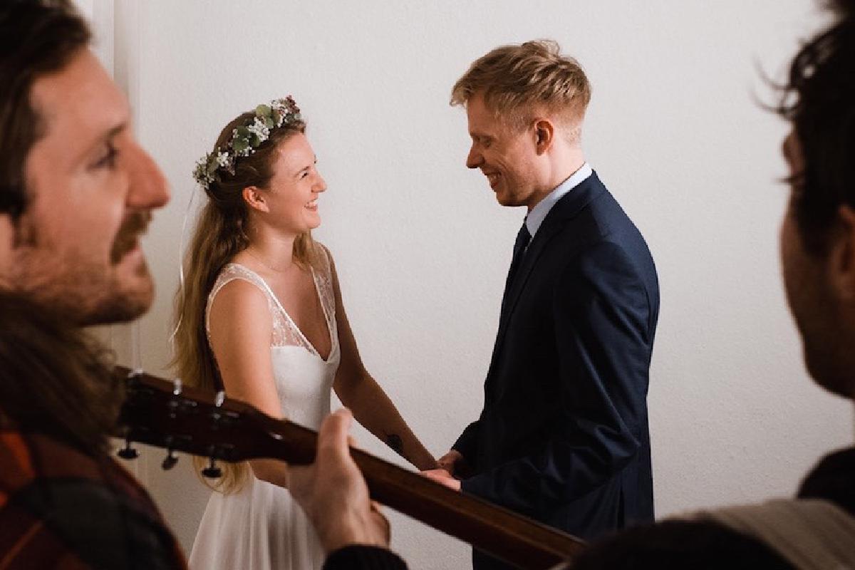 Band Amistat spielt Lied für Ehepaar