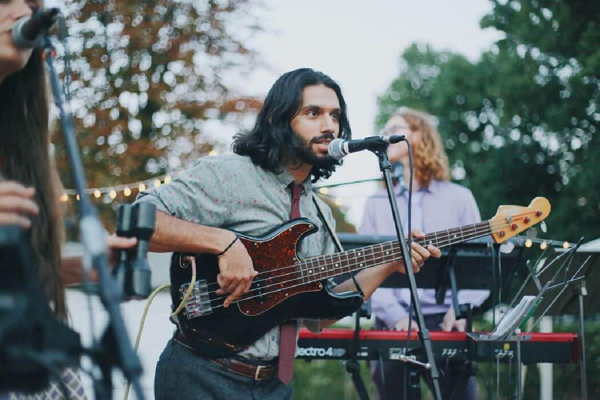 Künstler spielt draußen Gitarre