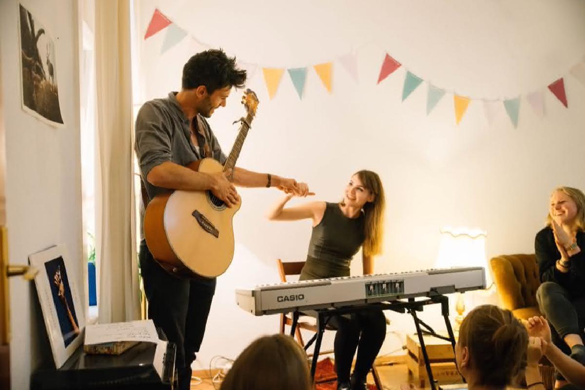 Musiker klatschen während Wohnzimmerkonzert ab