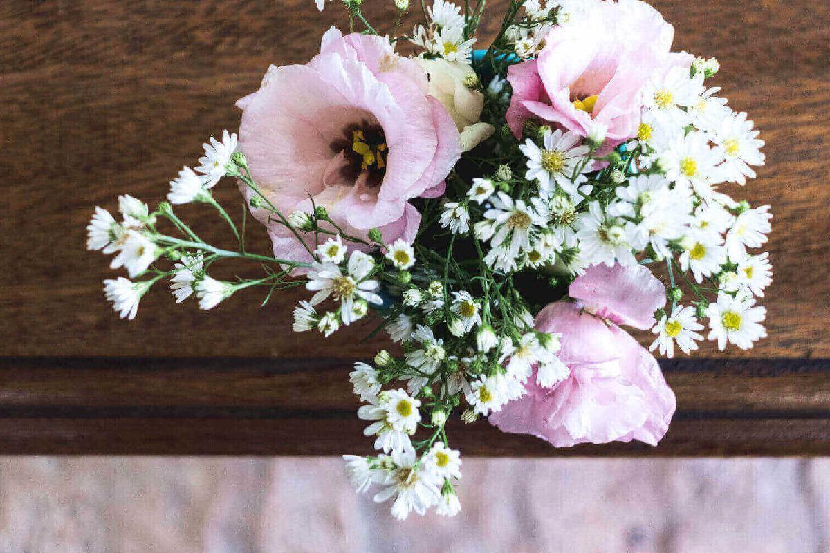 Blumen auf Holzbalken