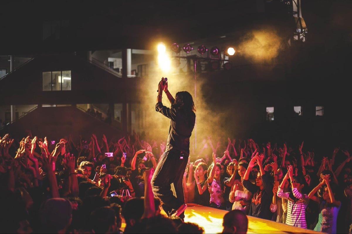 Musiker wird von Publikum bejubelt