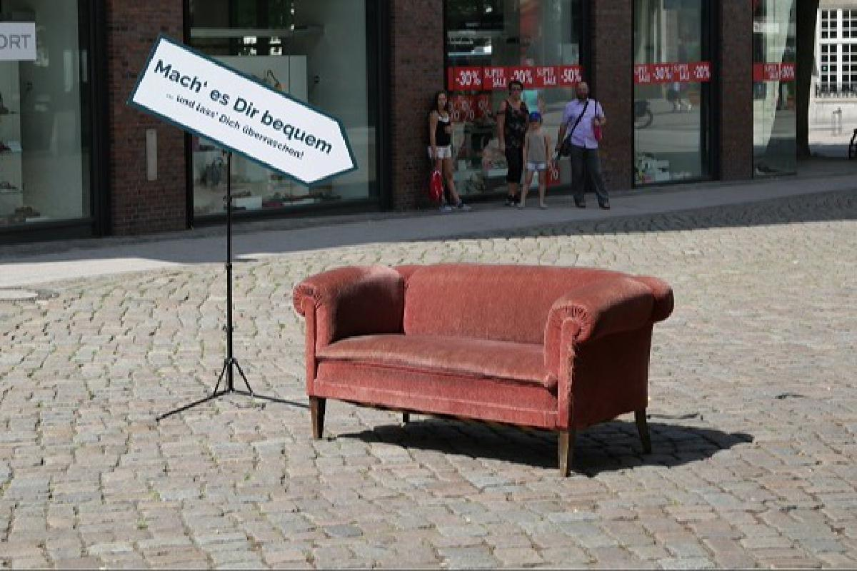 """SofaConcerts Couch mit Zeichen """"Mach' es dir bequem"""""""