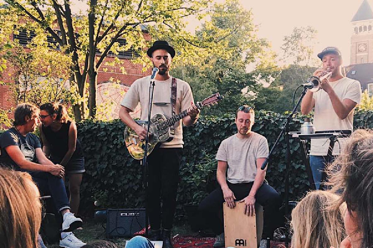 Band spielt draußen Konzert