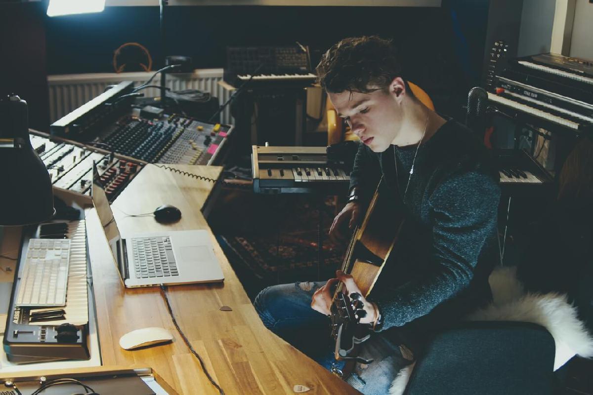 Songwriter spielt Gitarre in Studio