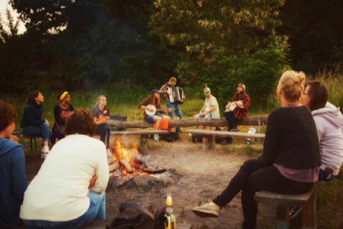 Band spielt Musik vor einem Lagerfeuer