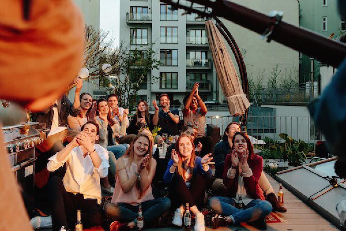 Publikum genießt Konzert auf einem Dach