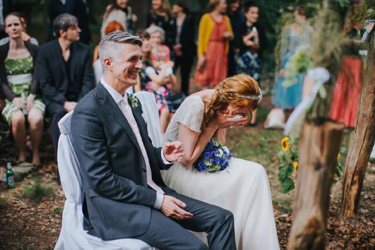 Ehepaar sitzt lachend nebeneinander