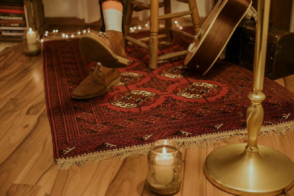 Kerze und Gitarre auf Boden