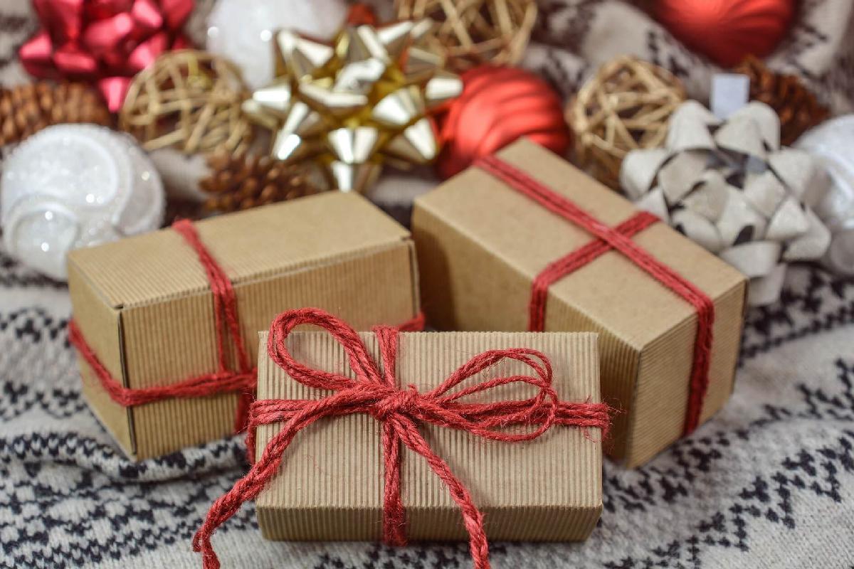Weihnachtsgeschenke und Deko
