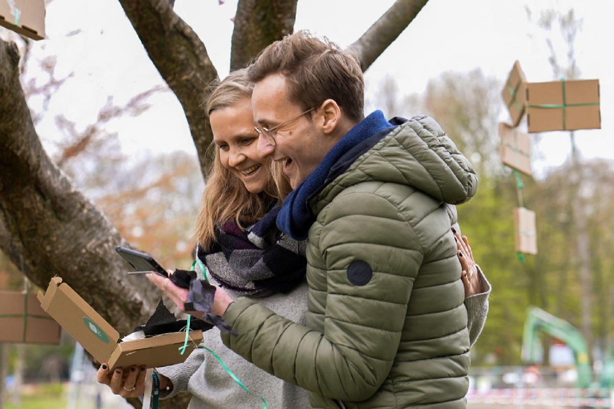Lachendes Paar schaut auf ein Handy