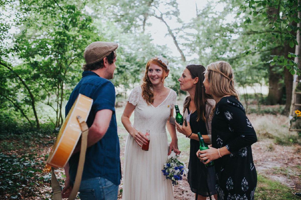 Künstler unterhält sich mit Braut und Gästen