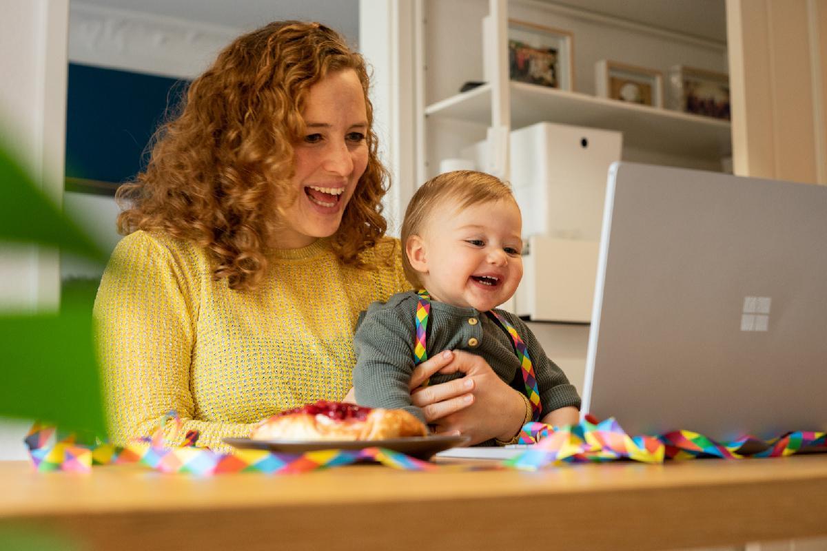 Mutter mit Kind bei Online Familienfeier