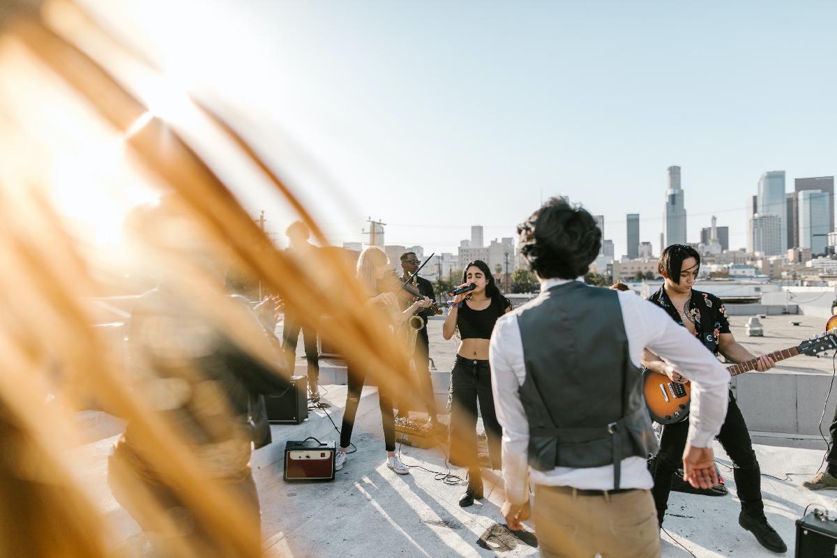 Band spielt Konzert auf Dach