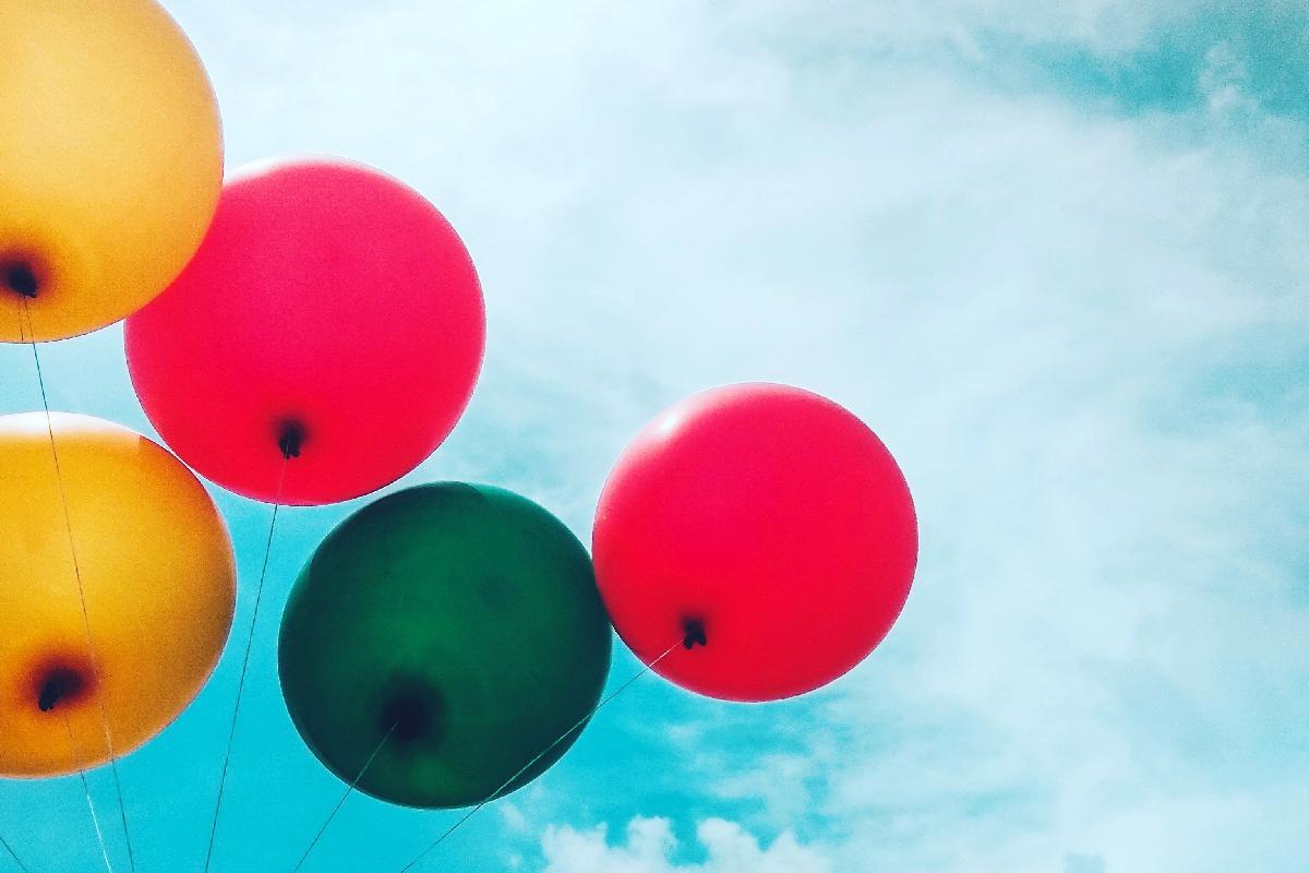 Luftballons unter blauem Himmel