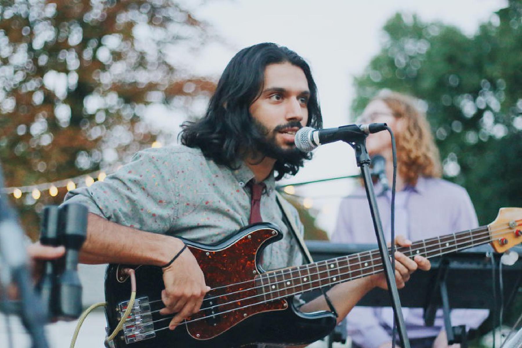 Mann an Gitarre outdoor