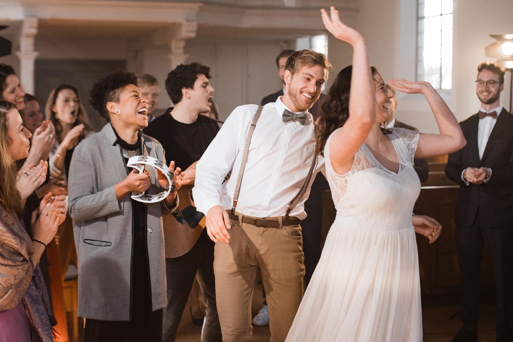 Bräutigam und Braut tanzen in Kirche zu Musik