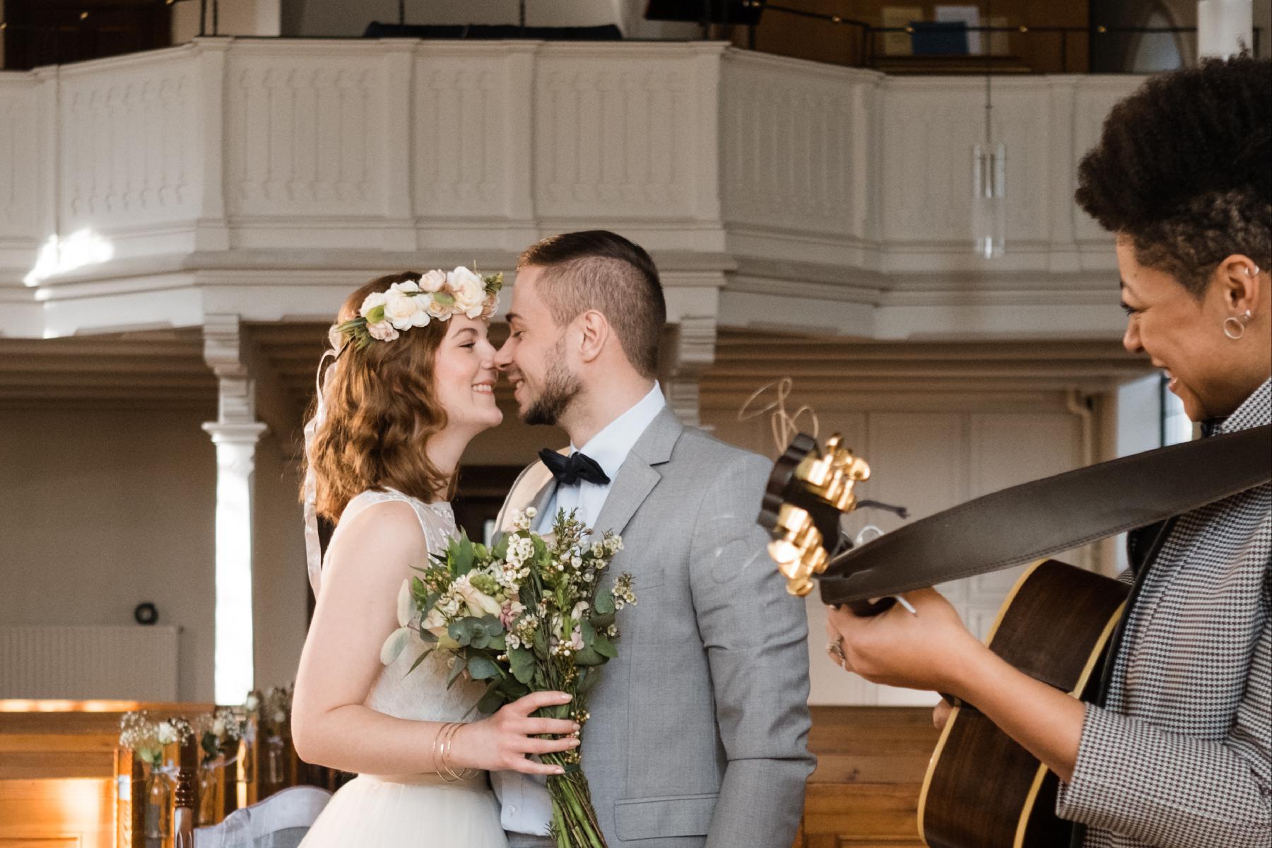 Ehepaar in Kirche mit Sängerin