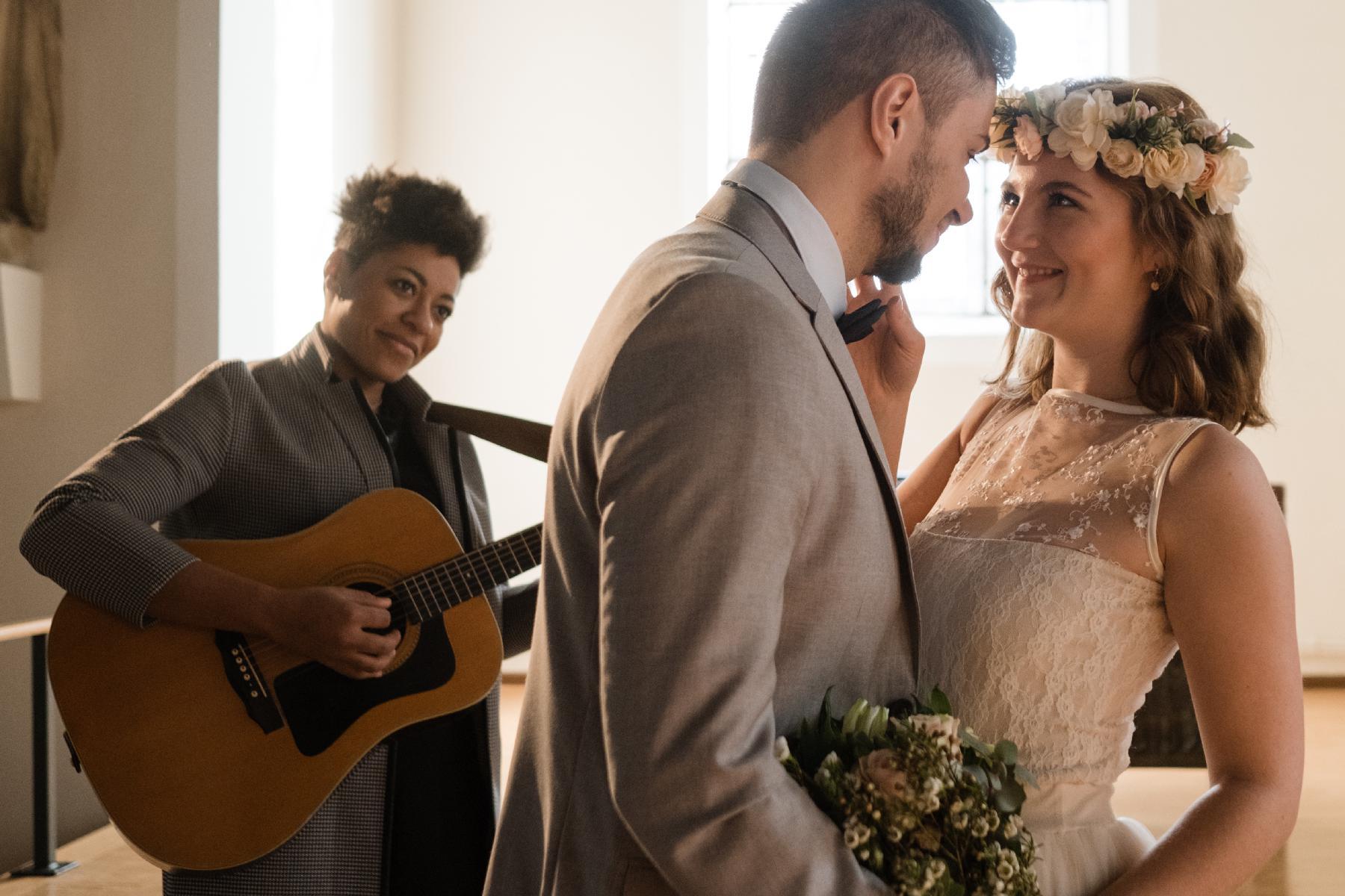 Ehepaar lächelt sich an in Kirche mit Sängerin