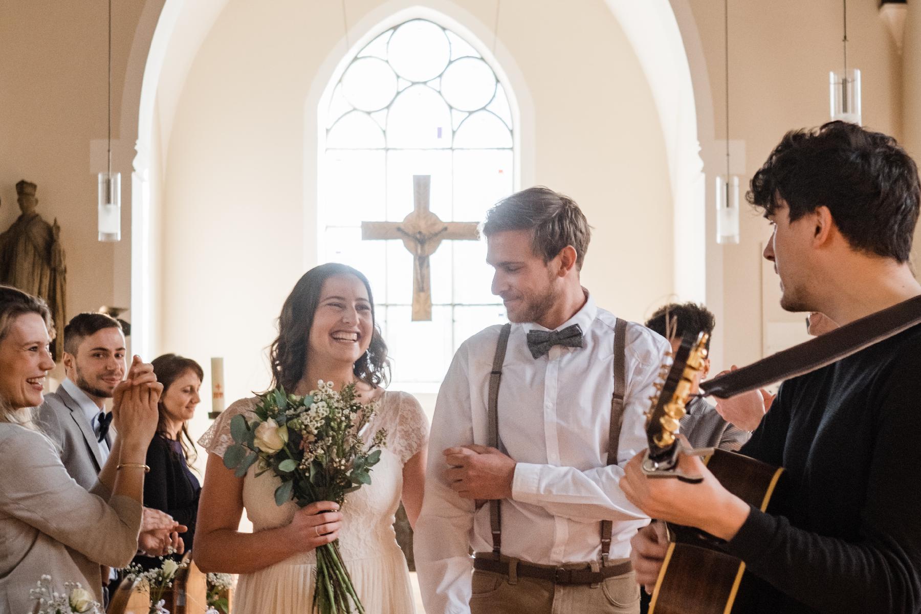 Ehepaar läuft Weg zum Altar mit Musiker