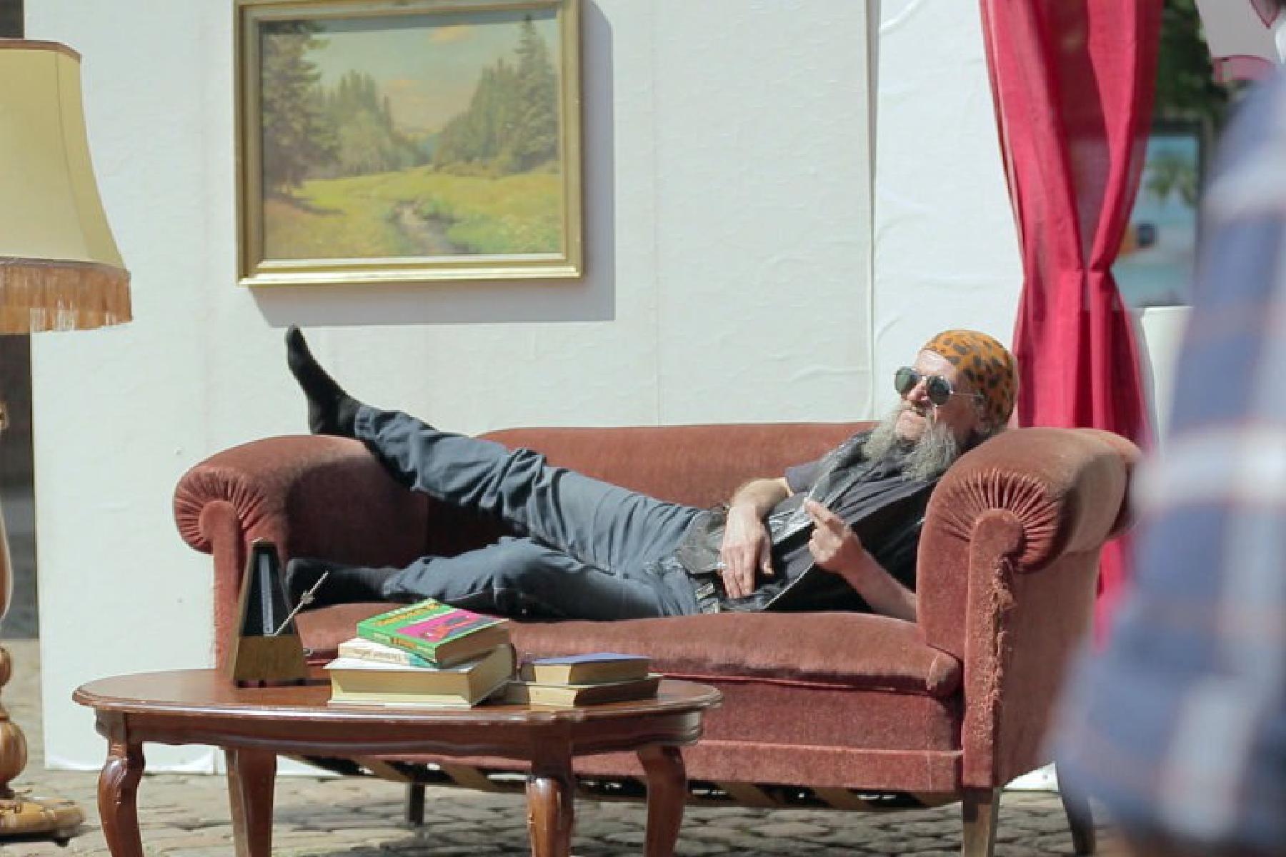 Mann auf Sofa bei Aktion SofaSurprise