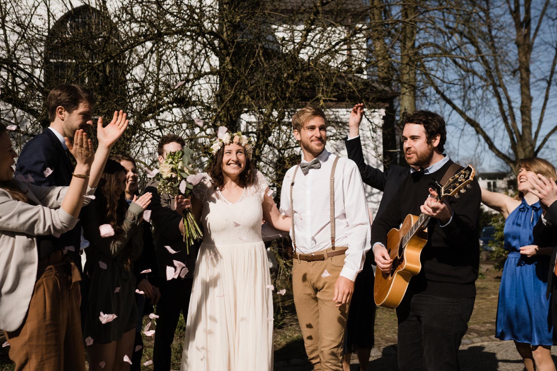 Auszug Hochzeitsgesellschaft mit Gitarrist