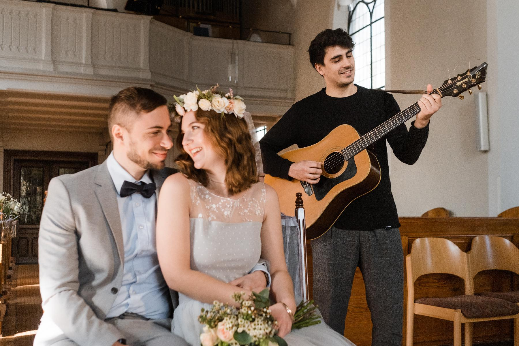 Ehepaar in Kirche mit Gitarrist