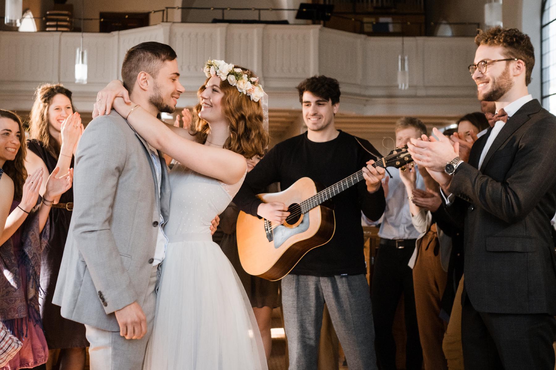 Ehepaar tanzt zu Live-Musik in Kirche