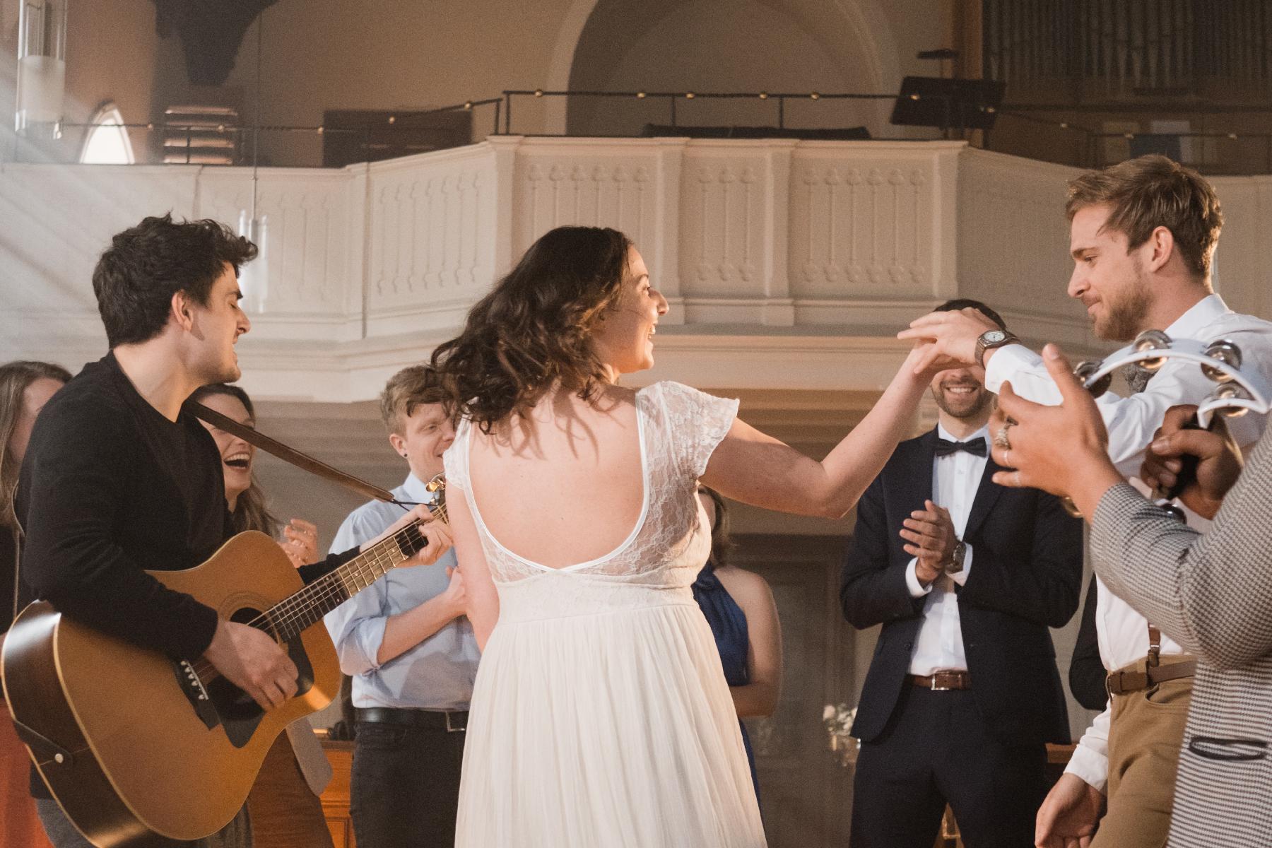 Hochzeitstanz mit Live-Musik in Kirche